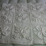 beyazçiçekli bebek battaniye modelleri 150x150 Bebek Battaniye Modelleri