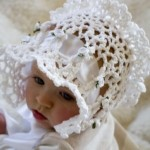beyaz delikli örgü bebek şapka modelleri