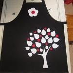 beyaz yapraklı ağaç ve kırmızı meyveli mutfak önlükleri modeli