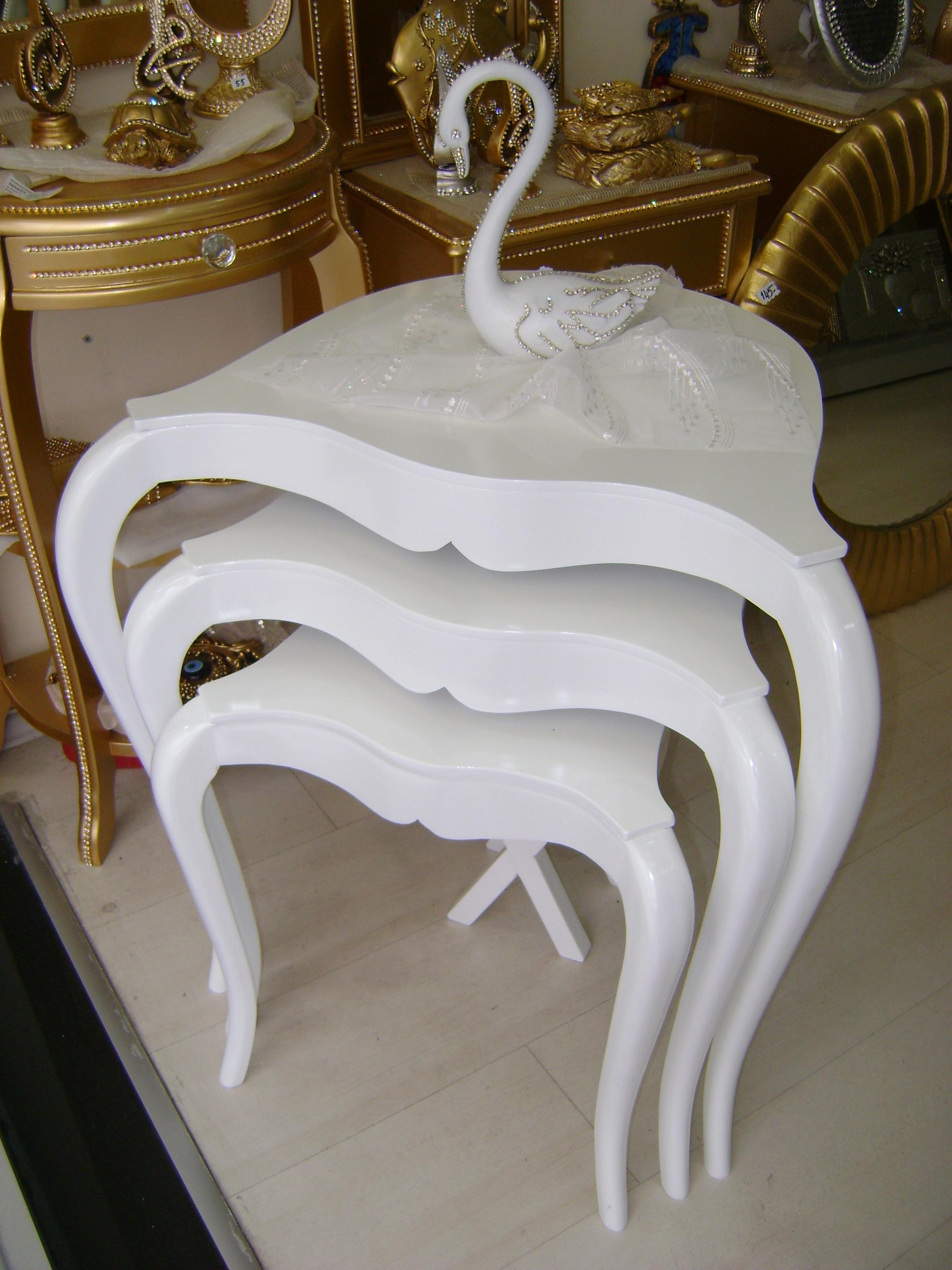 ince zarif ayaklı beyaz zigon sehpa modelleri