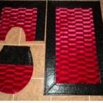 kırmızı siyah derili banyo halıları modelleri 150x150 Banyo Halıları Modelleri