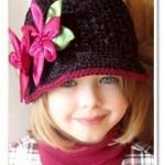 pembe çiçekli siyah örgü bebek şapka modelleri