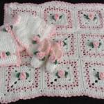 pembe güllü yelek ve patik takımlı bebek battaniye modelleri 150x150 Bebek Battaniye Modelleri