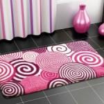 pembe helezon çizgili banyo halıları modelleri 150x150 Banyo Halıları Modelleri
