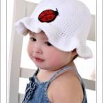 uğur böcekli beyaz örgü bebek şapka modelleri