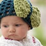 yeşil büyük fiyonklu örgü bebek şapka modelleri