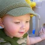 yeşil kasketli örgü bebek şapka modelleri