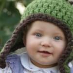 yeşil kulakları kapatan örgü bebek şapka modelleri